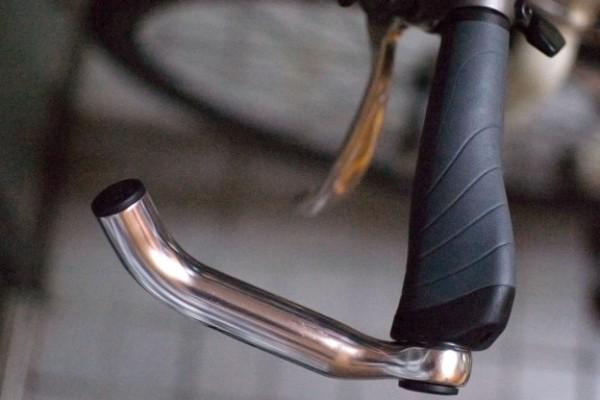 クロスバイクのバーエンドバーの取り付け方!内側でドロップ効果あり