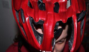 命を救ったボロボロのヘルメットの姿に涙。実際の声で必要性を再認識