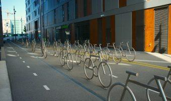 サイクリストを戦車で歓迎!ノルウェーの激しすぎる自転車への愛!